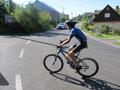 Vítěz triatlonu Matěj právě vjíždí do prvního kola